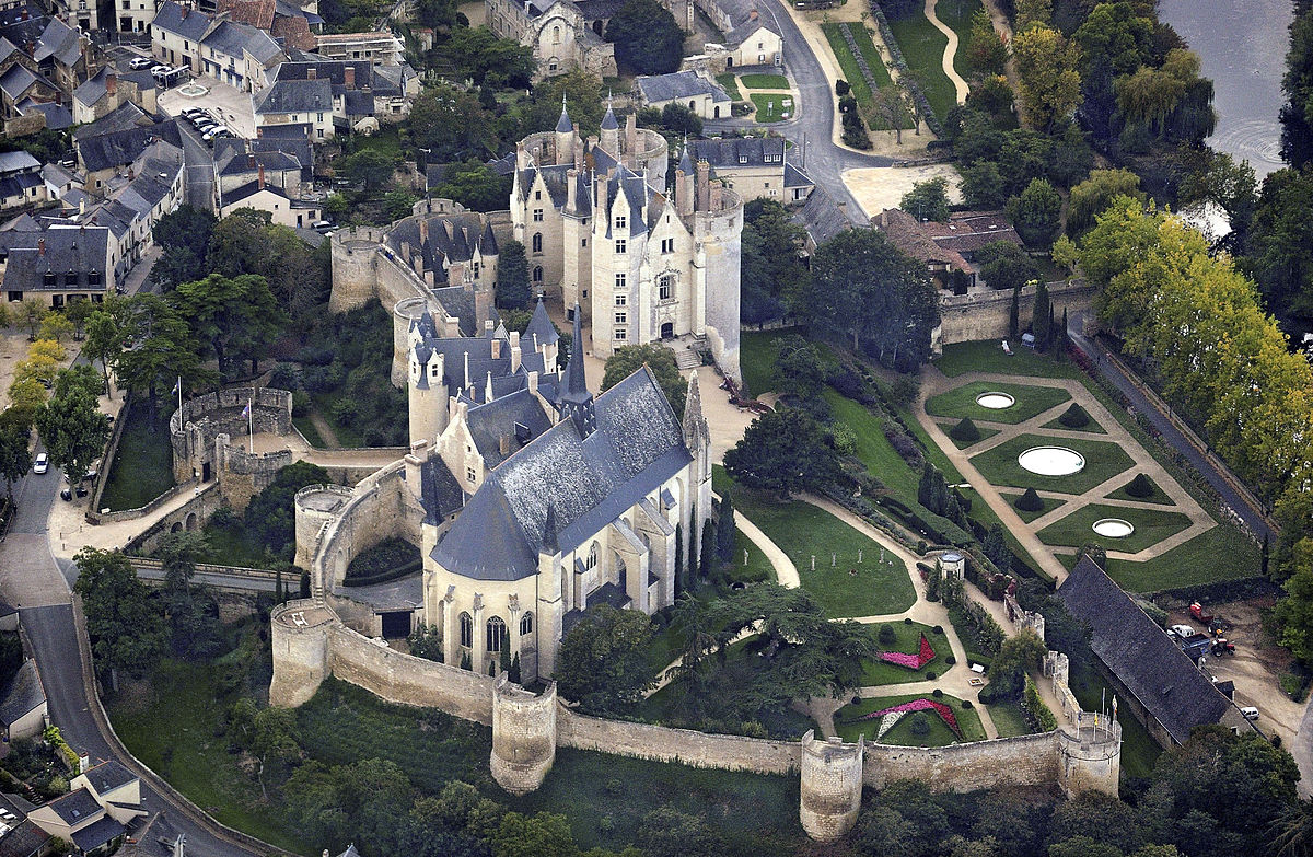 1200px-Montreuil-Bellay_castle,_aerial_view_-_Retouched.jpg